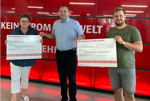 SWH-Arbeitsdirektor René Walther überreicht die Spendenschecks. Foto: Stadtwerke Halle.