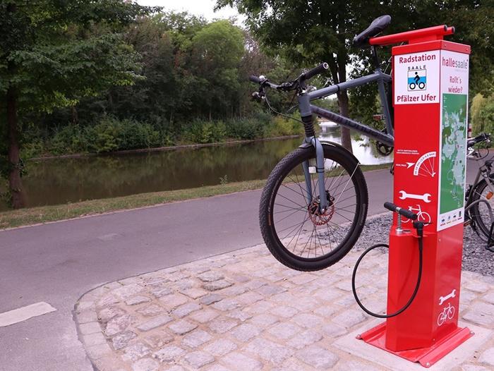 Erste Fahrrad-Reparaturstation in Halle am Pfälzer Ufer. Foto: Stadtmarketing Halle.