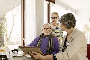Ein besonderer Schwerpunkt liegt bei der AOK auf der Pflegeberatung, denn schon heute gibt es rund 111.000 Pflegebedürftige in Sachsen-Anhalt. Bild: AOK/LSA.