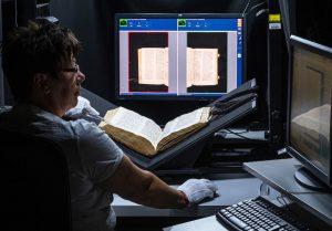 Anke Hämsch scannt in einem der aktuellen Projekte an der ULB eine mittelalterliche Handschrift ein. Foto: Maike Glöckner.