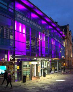 Lichtzeichen: Zum Welt-Frühgeborenen-Tag leuchtete die Fassade des Krankenhauses St. Elisabeth und St. Barbara lila. Foto: Krankenhaus St. Elisabeth und St. Barbara.