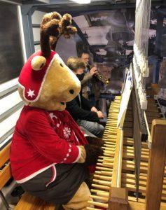 Rentier Rudi spielt am Europa-Carillon. Foto: SMG Halle (Saale).