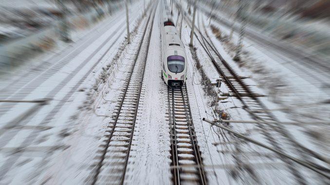 Zug Gleise DB Bahnhof