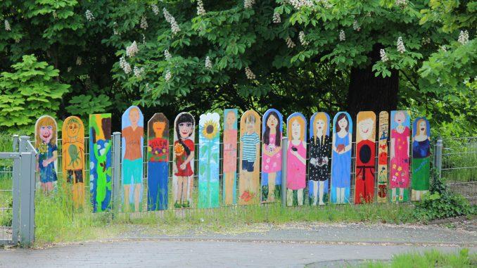 Bunter Zaun Kinder